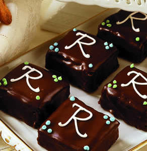 Monogrammed_Mini_Chocolate_Cakes